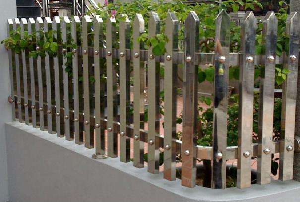 Lý do hàng rào inox được ưa chuộng hơn các vật liệu xây dựng khác